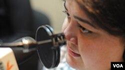 Khadija Ismayilova, journaliste à Radio Azadliq du groupe Radio Free Europe/Radio Liberty, lors d'une émission à Bakou, en Azerbaïdjan, le 31 octobre 2011.