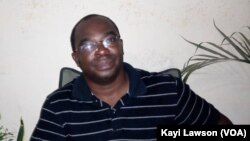 Armand Esso, poète togolais, à Lomé, le 11 avril 2020. (VOA/Kayi Lawson)