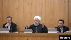 하산 로하니 이란 대통령이 15일 테헤란에서 내각 회의를 주재하고 있다.