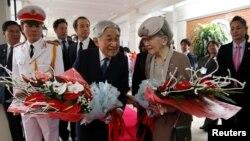 28일 베트남 하노이에 도착한 아키히토 천황 내외가 주석궁 앞뜰에서 열린 환영 행사에서 꽃다발을 받고 있다.