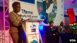 UNkosikazi Abigail Shonhiwa wethula umbiko wakhe emhlanganweni wabosomabhizimusi.
