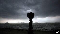 Dự báo thời tiết nói rằng bão có thể khiến nước biển dâng cao một tới một mét rưỡi ở những vùng thấp ven biển thuộc hai tiểu bang Tamil Nadu và Andhra Pradesh