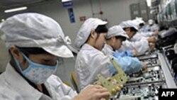 Cộng nhân Trung Quốc làm việc trong xưởng lắp ráp điện tử trong tỉnh Quảng Châu
