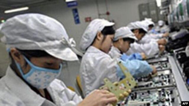 Công nhân Trung Quốc lắp ráp các bộ phận điện tử cho xí nghiệp của Foxconn ở Thâm Quyến, Trung Quốc