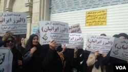 عکسی از تجمع کنندگان مقابل دادگستری