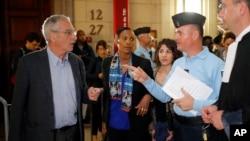 种族屠杀者阿兰·戈捷(左)和其妻子到达巴黎法院(2016年5月10日)