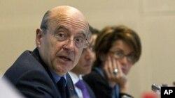 Ngoại trưởng Pháp Alain Juppe (trái) dự hội nghị quốc tế vềSyria tại Paris hôm 17/4/12