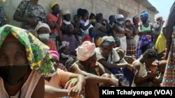 Moradores recebem cestas básicas no Zango III, Bairro do Kitondo I, Luanda, Angola. 4 de Abril 2021