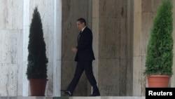 Rumunski premijer Viktor Ponda odlazi iz sedišta vlade pošto je najavio ostavku, Bukurešt 4. novembar 2015.