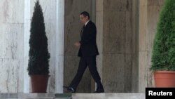 Thủ tướng Romania Victor Ponta rời khỏi trụ sở chính phủ sau khi tuyên bố từ chức tại Bucharest, ngày 4/11/2015.