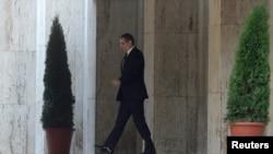 4일 루마니아 부쿠레슈티에서 빅토르 폰타 총리가 사퇴를 발표한 뒤 정부 청사를 떠나고 있다.
