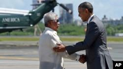 17일 필리핀 마닐라 국제공항에 도착한 바락 오바마 미국 대통령(오른쪽)이 볼테어 가즈만 필리핀 국방장관과 악수하고 있다.