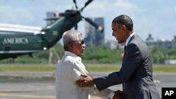 2015年11月17日美国总统奥巴马(右)抵达菲律宾首都马尼拉和菲律宾国防部长加斯明握手,出席亚太经合组织峰会。