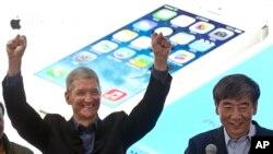 Tim Cook, director ejecutivo de Apple, y el presidente de China Mobile, participan en un evento promocional de iPhone en Beijing, el 17 de enero.