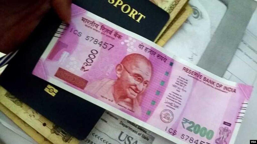 2016年11月,印度總理莫迪忽然宣布廢鈔令,記者在印度銀行用舊鈔換取新盧比。 (2016年11月10日,美國之音朱諾拍攝)