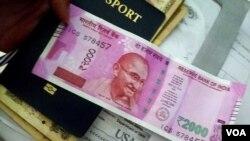2016年11月,印度總理莫迪忽然宣布廢鈔令,記者在印度銀行用舊鈔換取新盧比。(2016年11月10日,美國之音朱諾拍攝)