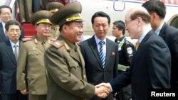 Utusan Korut Choe Ryong Hae (kiri) melakukan kunjungan ke Beijing, China (22/5).