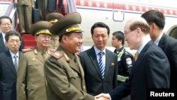 朝鲜特使崔龙海5月22日和到机场欢迎他的中国官员握手