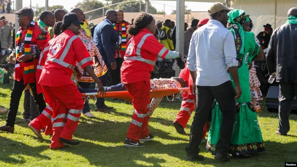 Des médecins soignent des personnes blessées lors d'une manifestation organisée par le président zimbabwéen Emmerson Mnangagwa à Bulawayo, au Zimbabwe, le 23 juin 2018.