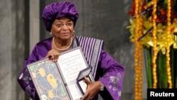 L'ancienne présidente libérienne Ellen Johnson-Sirleaf, lauréate du prix Nobel de la paix, posant avec son diplôme et sa médaille après avoir été récompensée, à Oslo, le 10 décembre 2011. (Reuters/Leonhard Foeger)