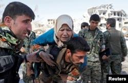 Borci Sirijskih demokratskih snaga (SDF) evakuišu civile iz Rake, Sirija, 17. oktobra 2017.