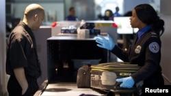 Hành khách qua kiểm tra an ninh tại sân bay John F. Kennedy ở New York.