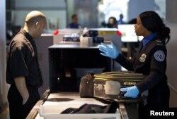 Sau khi đi qua máy soát người mà bạn có bị nhân viên an ninh giữ lại vì có gì đó trong hành lý xách tay không hợp lệ thì cũng đừng hoảng nhé, bình tĩnh mà làm theo chỉ dẫn