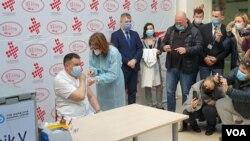 Prvu vakcinu u BiH protiv koronavirusa primio je generalni direktor UKC RS Vlado Đajić, Banjaluka, 12, februar 2021.