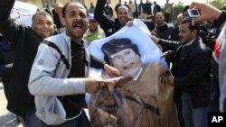 扎维耶城市抗议群众高喊反卡扎菲的口号