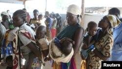 Des réfugiées sud-soudanaises et leurs enfants lors d'une campagne de vaccination à Bidi Bidi, Ouganda, 7 décembre 2016.