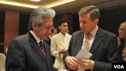 Dubes RI untuk Polandia, Darmansyah Djumala (kiri) berbincang dengan Dubes Polandia Grzegorz Wisniewski di sela pertemuan di Jakarta (27/2).