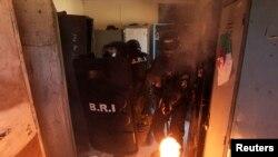 Des membres des forces spéciales algériennes de recherche et d'intervention s'entraînent au commissariat d'Algers, le 15 juillet 2014.