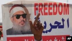 Le doigt d'un manifestant pointé en l'air devant l'effigie de Sheik Omar Abdel-Rahman, religieux égyptien aveugle emprisonné aux Etats-Unis pour avoir planifié une campagne d'attentats à la bombe, le 11 septembre 2011.