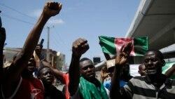 Para pengunjuk rasa membawa spanduk dalam demo memprotes kekerasan oleh polisi di Lagos, Nigeria, Selasa, 20 Oktober 2020. (Foto: AP)