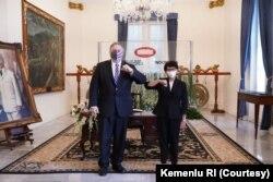 Menteri Luar Negeri Indonesia Retno Marsudi menyapa Menteri Luar Negeri AS Mike Pompeo setelah pertemuan mereka di Jakarta, 29 Oktober 2020. (Foto: Courtesy/Kemenlu RI)