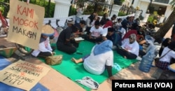 Warga Pesanggaran, Banyuwangi menolak tambang sedang memanjatkan doa-doa di depan Kantor Gubernur Jawa Timur di Surabaya (Foto: VOA/Petrus Riski).