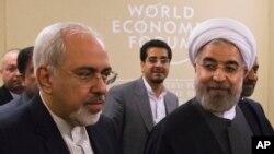 Eron rahbari Hasan Ruhoniy (o'ngda), Tashqi ishlar vaziri Javod Zarif Davosda, Jahon iqtisodiy forumida. 22-yanvar, 2014-yil.