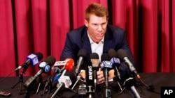 آسٹریلیا کی کرکٹ ٹیم کے سابق نائب کپتان ڈیوڈ وارنر بال ٹمپرنگ کے الزامات سے متعلق سڈنی میں میڈیا کے سوالوں کا جواب دے رہے ہیں۔ 31 مارچ 2018