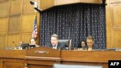 Dân biểu Chris Smith (giữa) tại buổi loan báo thông qua dự luật về Nhân quyền tại Việt Nam năm 2012