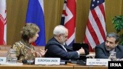 کاترین اشتون (چپ)، جواد ظریف و عباس عراقچی (راست) در نشست هسته ای ایران و گروه ۱+۵ در وین، ۱۴ اردیبهشت ۱۳۹۳