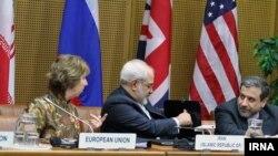Dari kiri: Kepala kebijakan luar negeri Uni Eropa Chaterine Ashton, Menlu Iran Javad Zarif dan wakil Menlu Iran Abbas Araghzhi saat menghadiri pembicaraan nuklir putaran terakhir di Vienna, 14 Mei 2014 (Foto: dok).