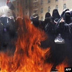 Yamanda ommaviy namoyishlar natijasida uzoq yillik rahbar Abdulla Solih hokimiyatdan ketdi
