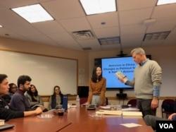 美国乔治敦大学历史学教授米华健(James Millward)向听众介绍赵思乐的新作《她们的征途》。