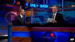 """Presiden Barack Obama berbincang dengan Jon Stewart saat rekaman penampilannya di acara """"The Daily Show"""" dengan Jon Stewart, di New York, 18 Oktober 2012. (Foto: AP)"""