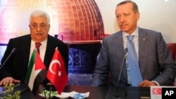 Palestinian President Mahmud Abbas (L) and Turkish Prime Minister Recep Tayyip Erdogan (R) attend the Palestinian ambassadors meeting in Istanbul on July 23, 2011.