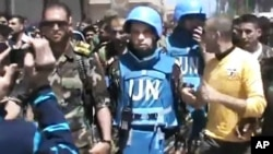 Para pemantau PBB saat mengunjungi wilayah pemberontak Suriah di distrik Rastan, Homs (foto: dok). Pemantau PBB mendapat serangan saat akan memantau lokasi pembunuhan massal di Suriah, Kamis (7/6).