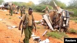 Les éléments des forces de sécurité autour d'un véhicule touché par une explosion à Garissa, Kenya, 24 mai 2017.