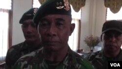 Panglima Divisi 2 Kostrad, Mayjen TNI Bambang Haryanto memberikan penjelasan di Poso, Selasa 7/4 (foto: VOA/Yoanes).