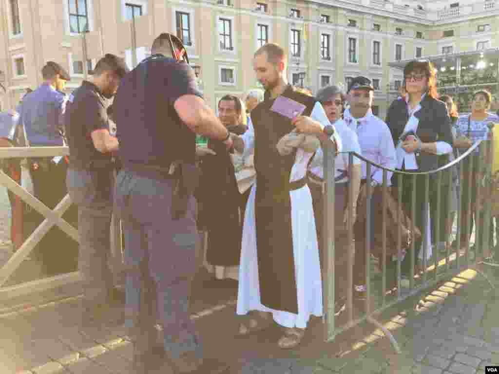 Policía local hace las requisas pertinentes a la entrada de la plaza San Pedro del Vaticano. [Foto: Celia Mendoza, VOA].