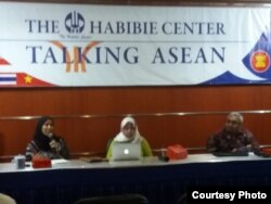 Direktur Aman Indonesia Dwi Rubiyanti (tengah), Budi khamdan dari Kementerian Hukum dan Hak Asasi Manusia dalam diskusi di Habibie center, Jakarta, Kamis, 25 Oktober 2018. (Foto: Fathiyah Wardah/VOA)
